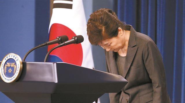 박근혜 대통령이 4일 오전 청와대에서 대국민 담화를 발표한뒤 고개를 숙여 인사를 하고 있다. 고영권기자